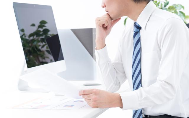 パソコンを見つめる担当者