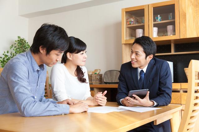不動産の契約について弁護士に相談する夫婦
