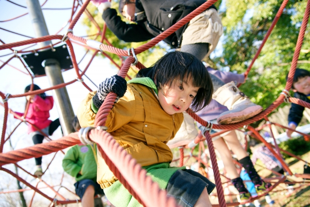 公園で遊ぶ子どもたち