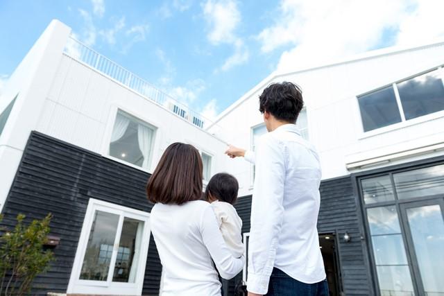 新居を眺める家族