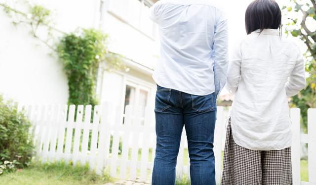 家の購入を検討する二人
