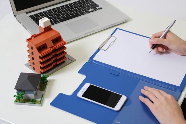 住宅模型と書類