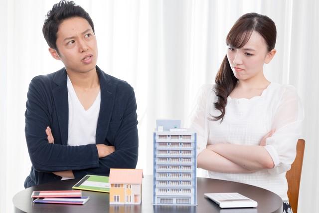 不動産について悩む男女