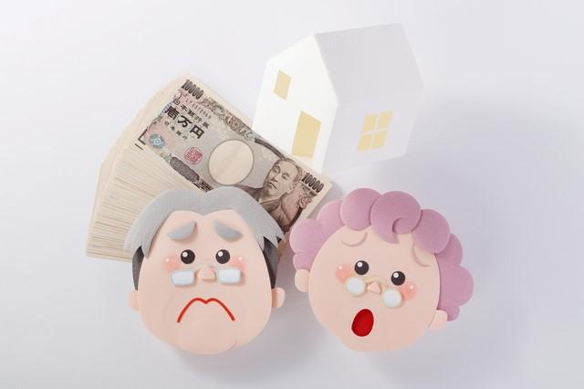 定年後の住宅ローン返済に困る老夫婦